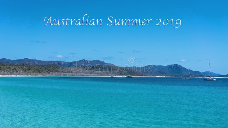 澳大利亚夏天2019文本-从白色硅土沙滩停泊的游船在Whitsun 库存照片