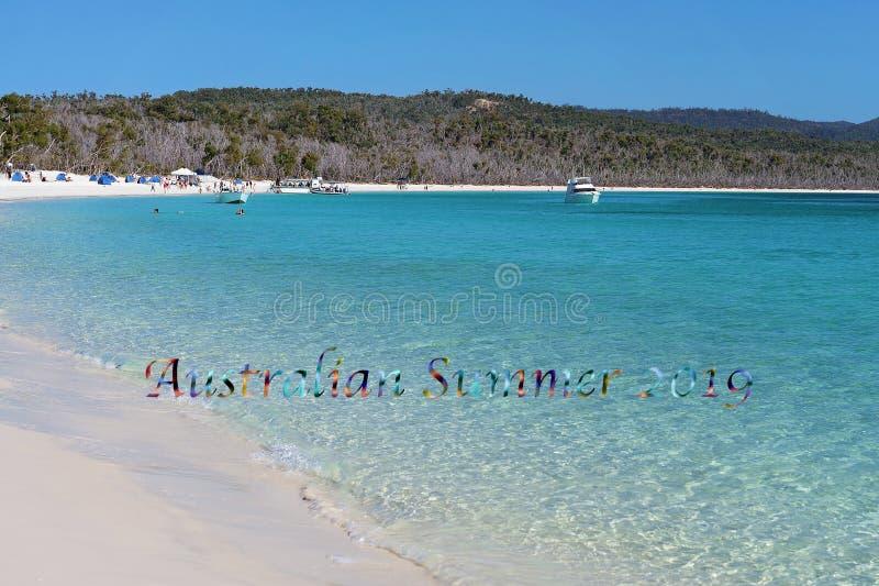 澳大利亚夏天2019文本-休闲小船和游人一白色硅土沙滩的在丝毫 库存照片