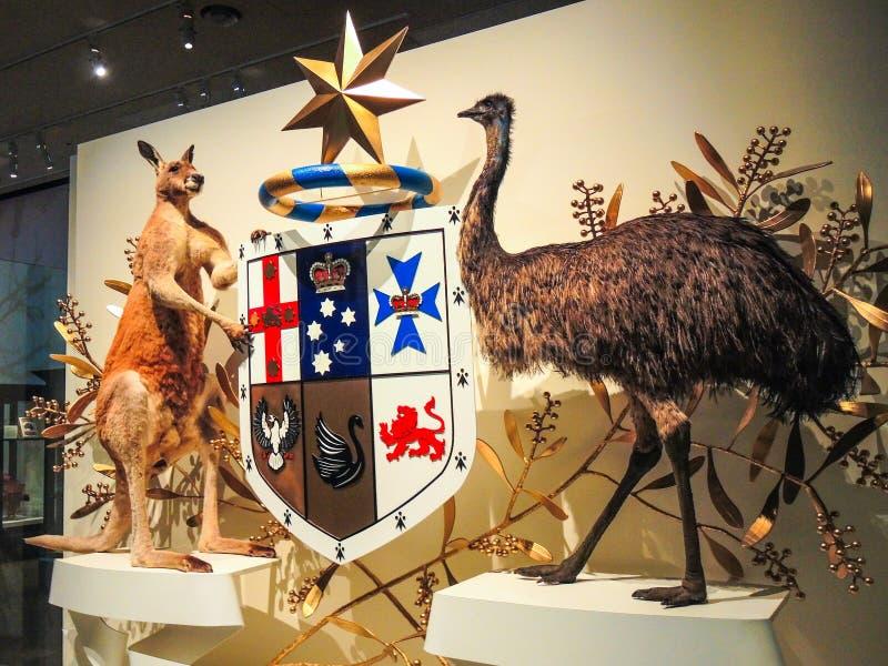 澳大利亚徽章的袋鼠和鸸鸟与实物大小一样的填充动物玩偶在维多利亚艺术中心的,澳大利亚 库存照片