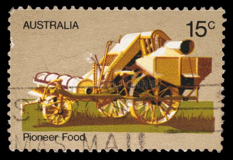澳大利亚打印的邮票尊敬澳大利亚先驱生活显示马脱粒机 库存照片