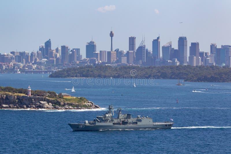 澳大利亚海军离去的悉尼港口的HMAS斯图尔特FFH 153纽澳军团级巡防舰 免版税库存图片