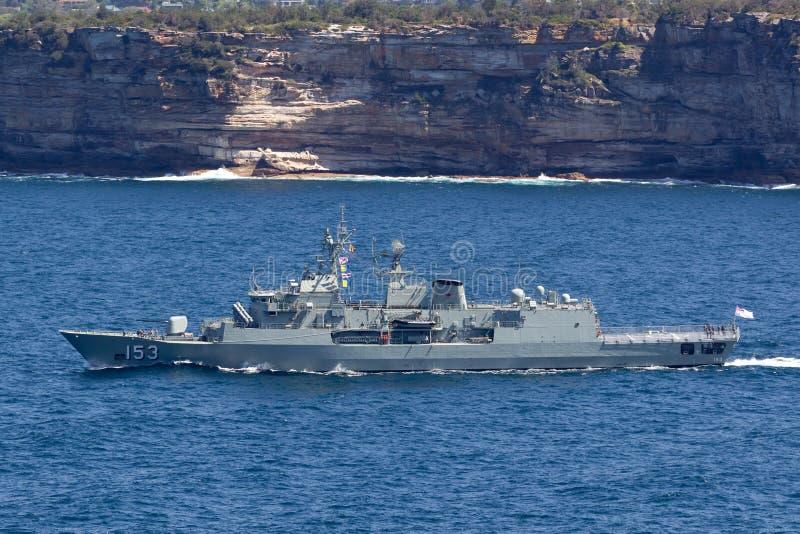 澳大利亚海军离去的悉尼港口的HMAS斯图尔特FFH 153纽澳军团级巡防舰 库存图片