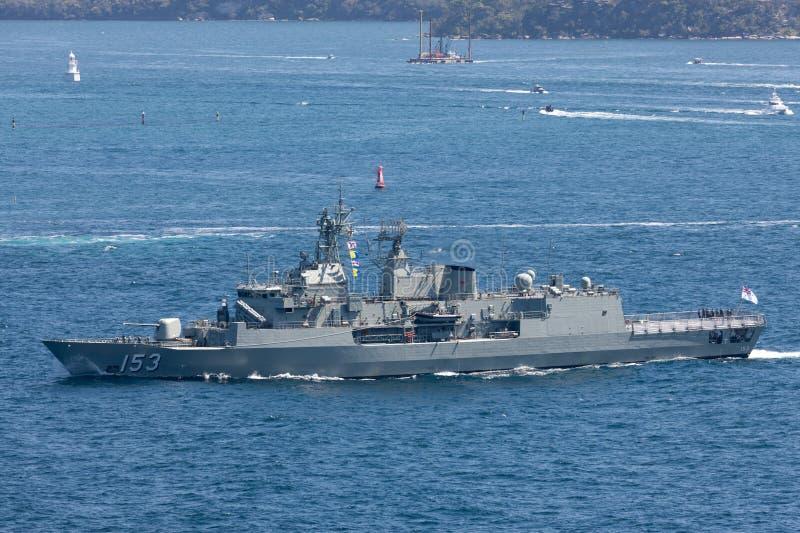 澳大利亚海军离去的悉尼港口的HMAS斯图尔特FFH 153纽澳军团级巡防舰 免版税图库摄影