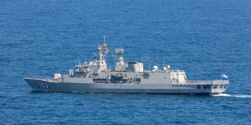 澳大利亚海军离去的悉尼港口的HMAS斯图尔特FFH 153纽澳军团级巡防舰 免版税库存照片