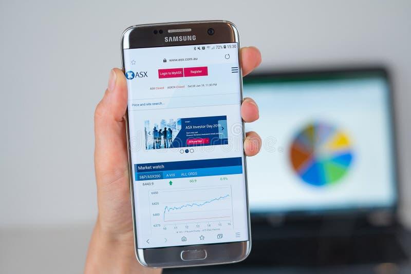 澳大利亚证券交易网站在手机屏幕的 免版税库存图片