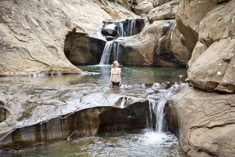 澳大利亚风景瀑布河女孩自然 免版税库存图片