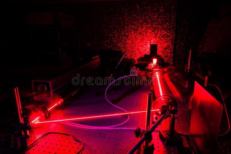激光在数量光学实验室 免版税库存图片
