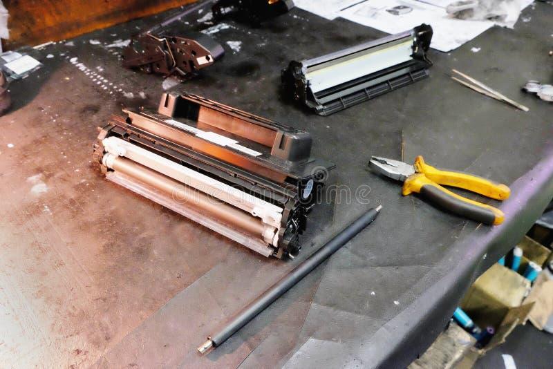 激光弹药筒修理和补充注油的工作地点  免版税库存照片