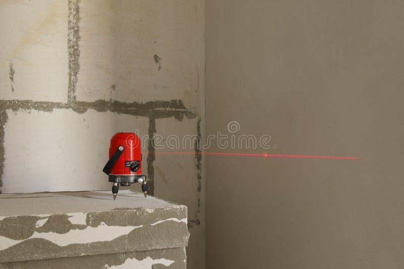 激光水平测量的工具在工地工作 库存照片