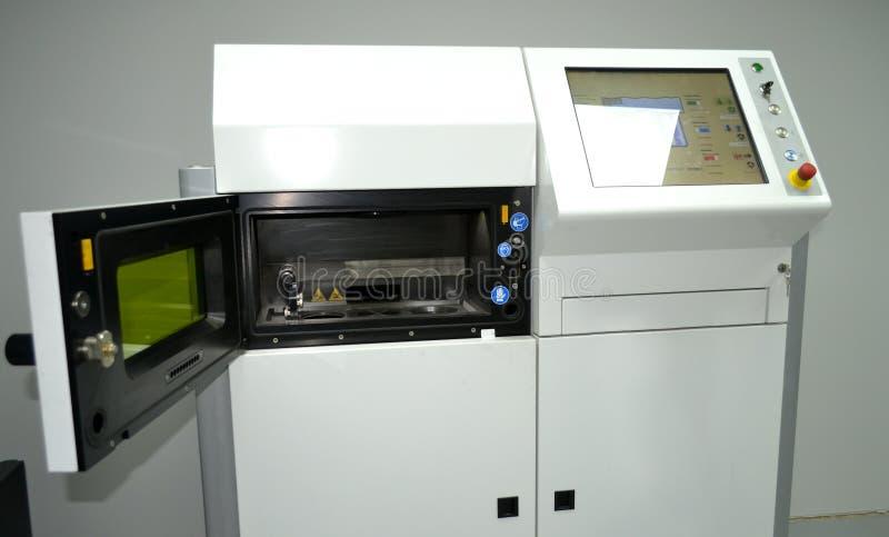 激光焊接机器的Open运作的房间金属的 库存照片