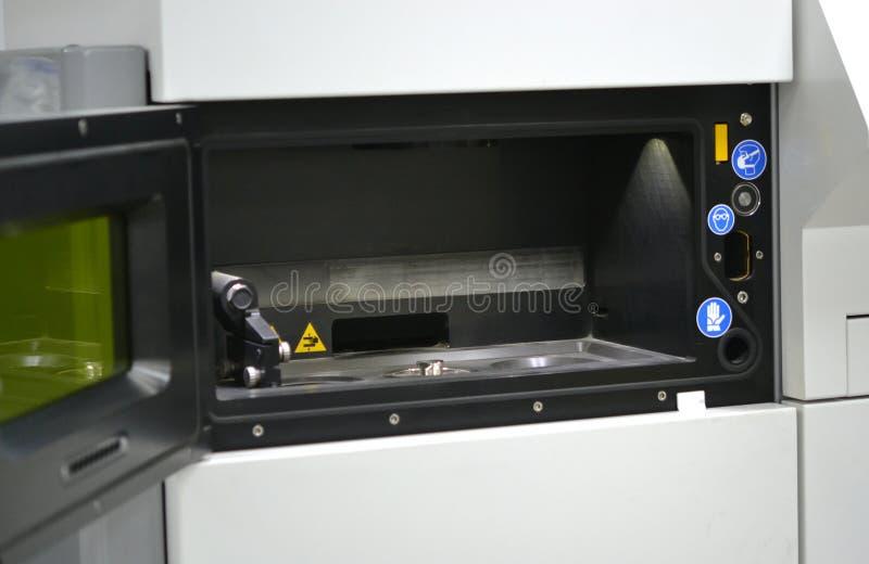 激光焊接机器的Open运作的房间金属的 图库摄影