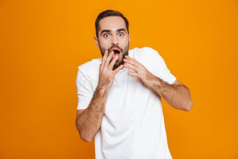 激动的人30s的图象有胡子和髭覆盖物嘴一会儿身分的,被隔绝在黄色背景 免版税库存照片