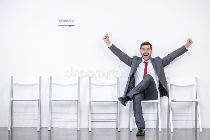 激动的商人开会和等待的采访在办公室 免版税库存照片