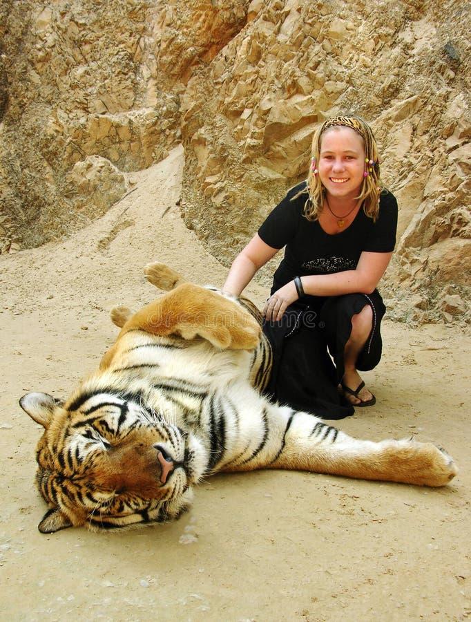 激动的女孩拥抱的老虎假日泰国 免版税库存照片