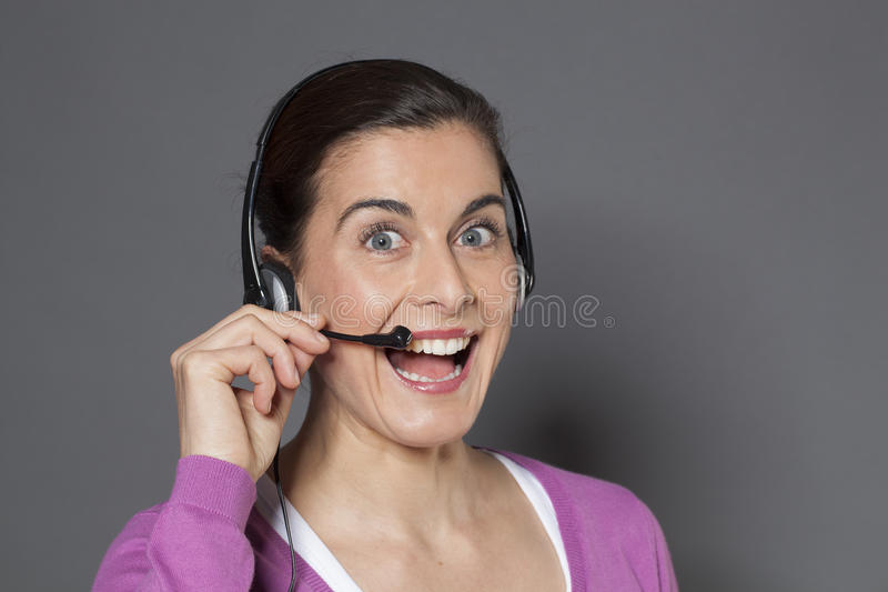 激动的女性电话操作员欢迎phonecall 库存照片