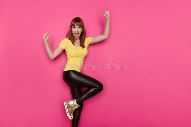 激动的妇女在一条腿,打手势和呼喊站立 免版税库存图片