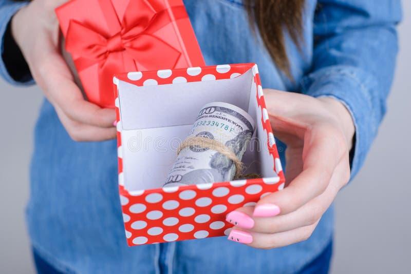 激动的愉快的确信的企业女实业家陈列包裹播种的特写镜头照片与举行在手上的堆金钱的 库存照片
