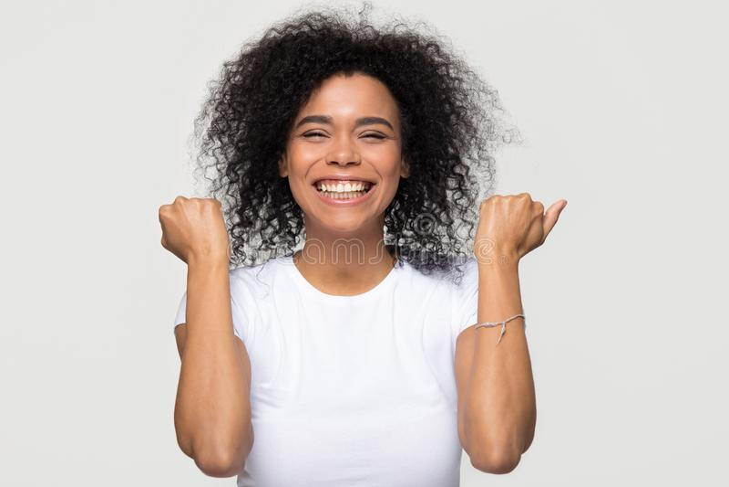 激动的愉快的非洲妇女感觉狂喜隔绝在白色背景 库存照片