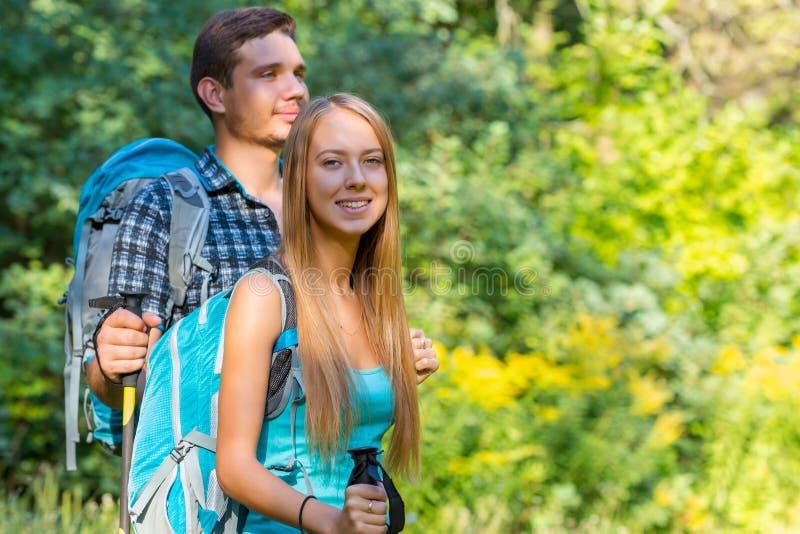 激动的旅客年轻人和妇女旅行室外 库存图片