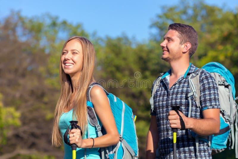 激动的旅客年轻人和妇女旅行的室外表达的乐趣 免版税库存图片