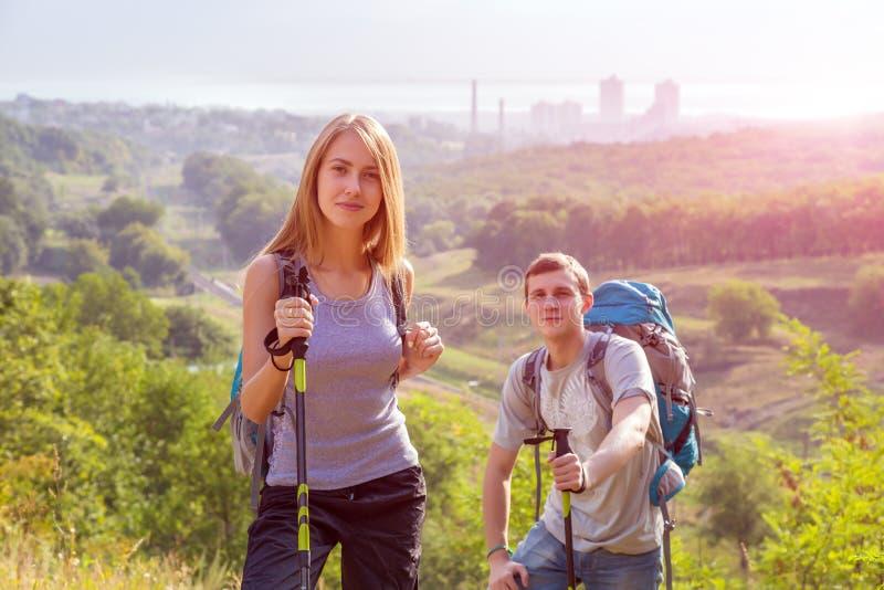 激动的旅客年轻夫妇走 免版税库存图片