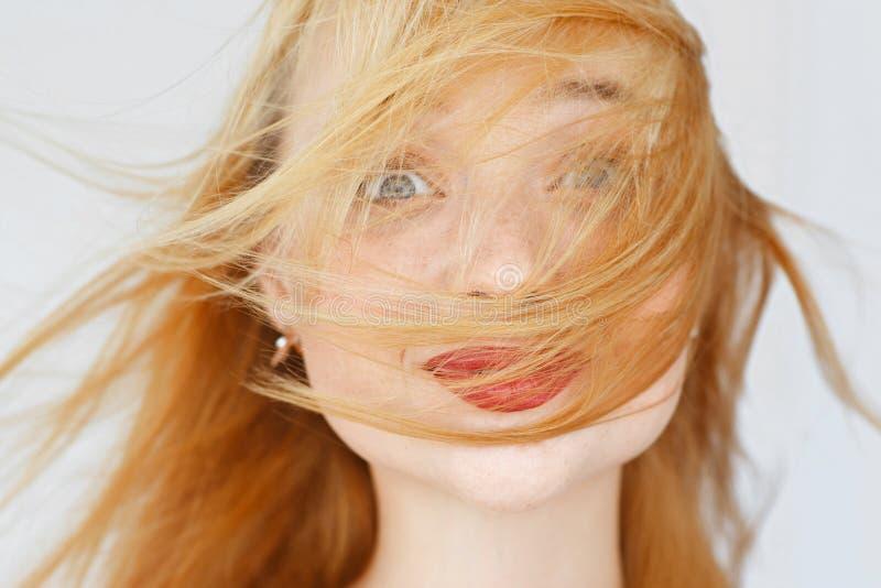 激动的狡猾的妇女画象,微笑对照相机 库存图片