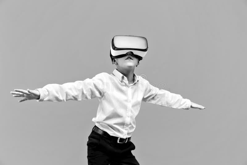 激动的男孩在虚拟现实中 库存照片