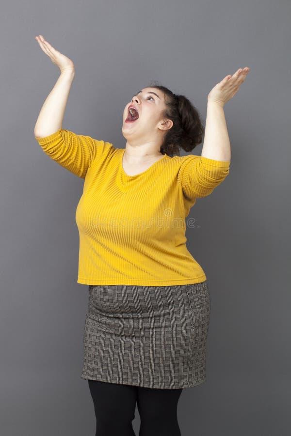 激动的超重20s妇女的祈祷的概念 图库摄影