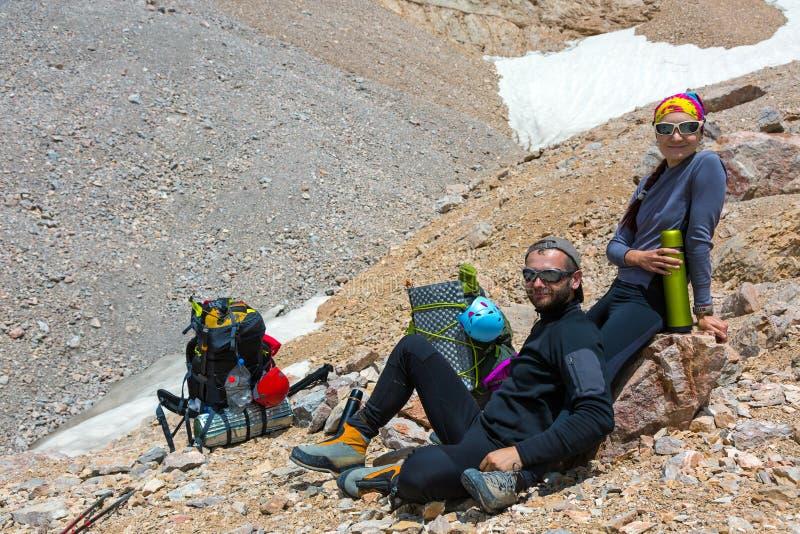 激动的登山人 免版税库存图片