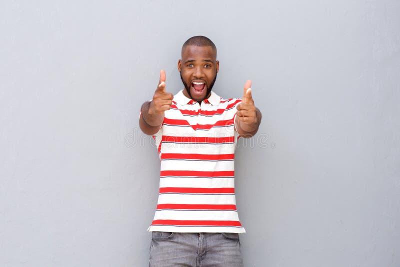 激动年轻非洲人指向 免版税库存照片