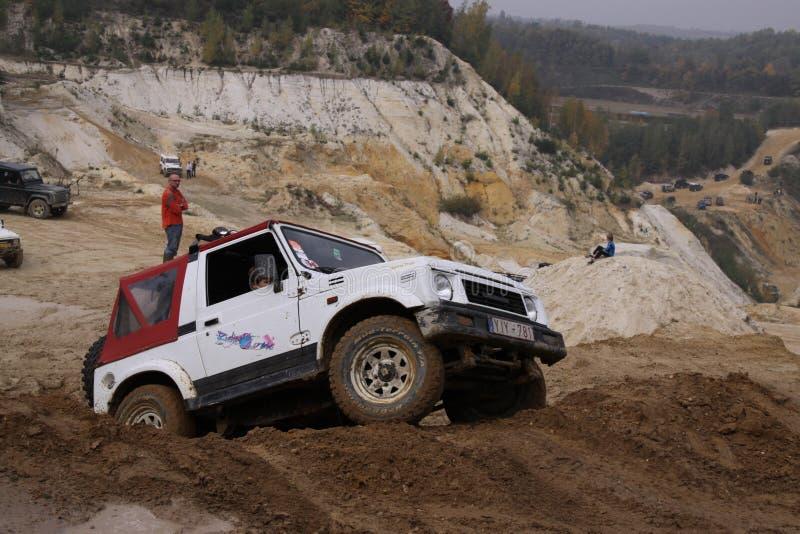 激发在沙子赢取的坑的路drivig 免版税库存照片