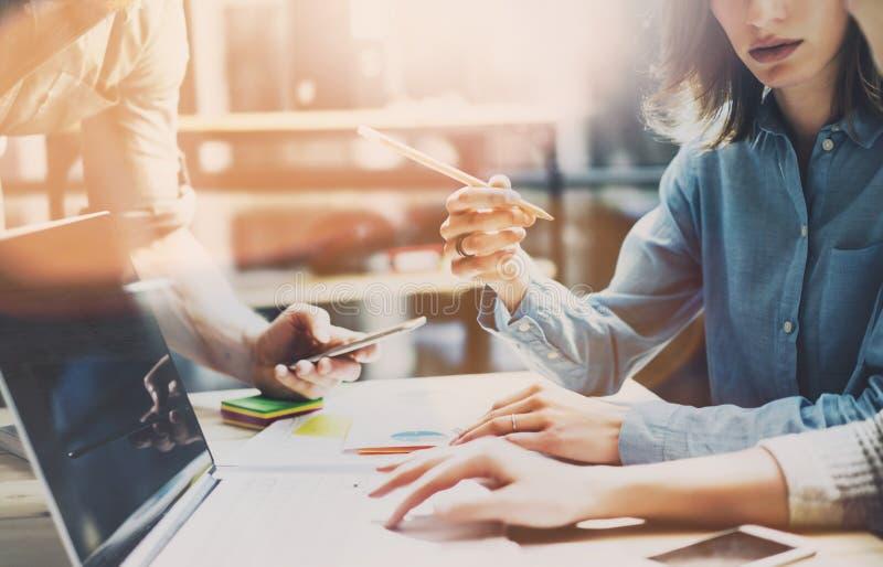 激发灵感过程 照片年轻企业乘员组与新的起始的项目一起使用 在木桌上的笔记本 想法 免版税库存照片