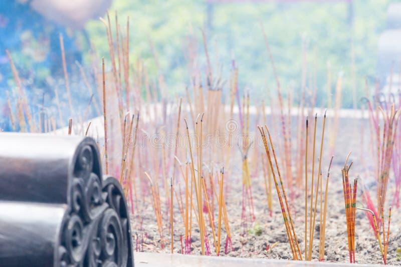 激怒在香的燃烧在中国佛教寺庙 免版税库存照片