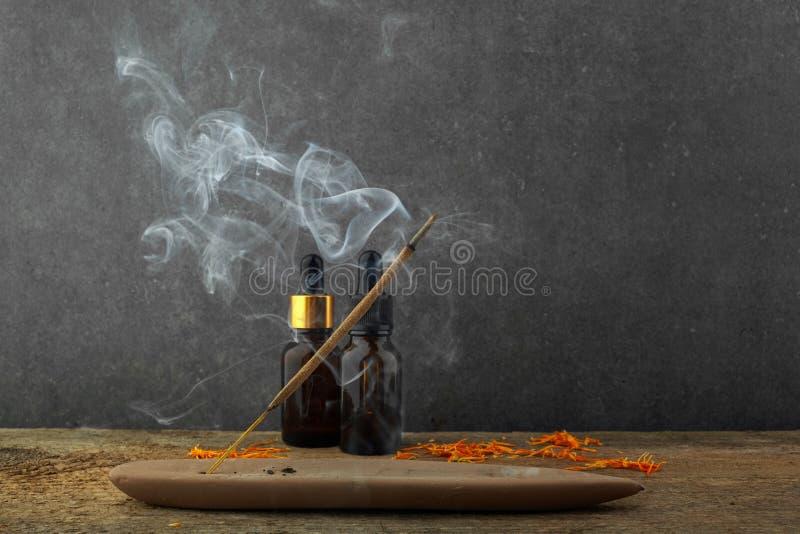 激怒棍子和烟从香火燃烧 美丽的烟 芳香疗法 免版税图库摄影