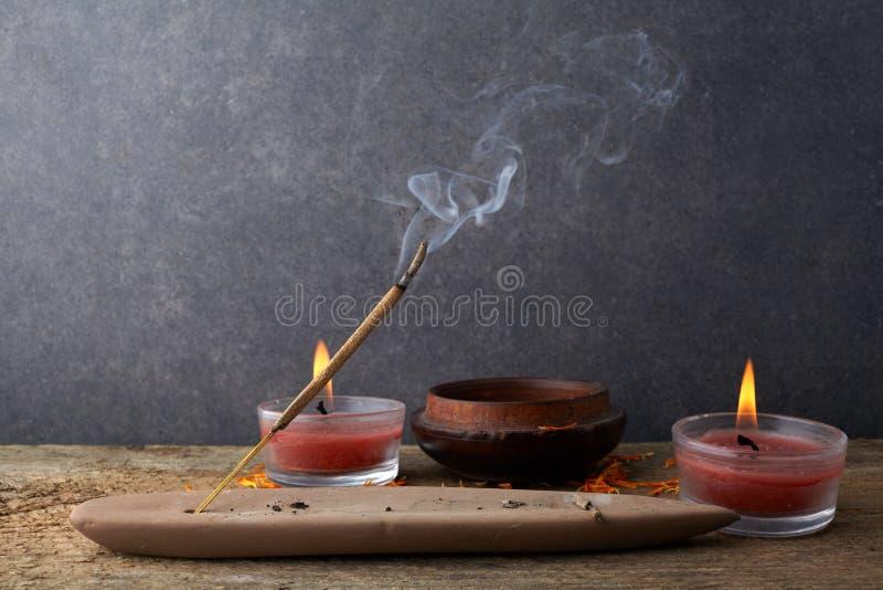 激怒棍子和烟从香火燃烧 美丽的烟 芳香疗法 免版税库存图片