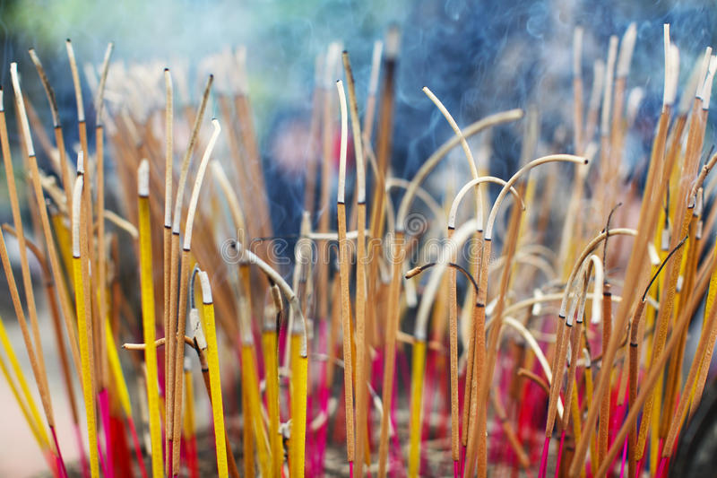 激怒棍子在佛教寺庙燃烧的仪式 图库摄影
