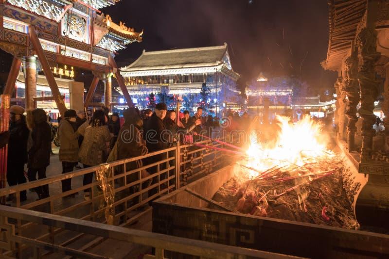 激怒棍子,偶象棍子,宗教,汉语,烧户外在晚上的呼和浩特 免版税库存照片