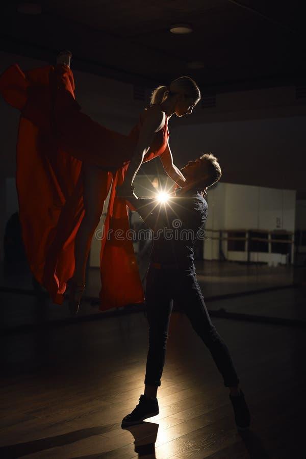 激情舞蹈夫妇,妇女跳跃 库存照片