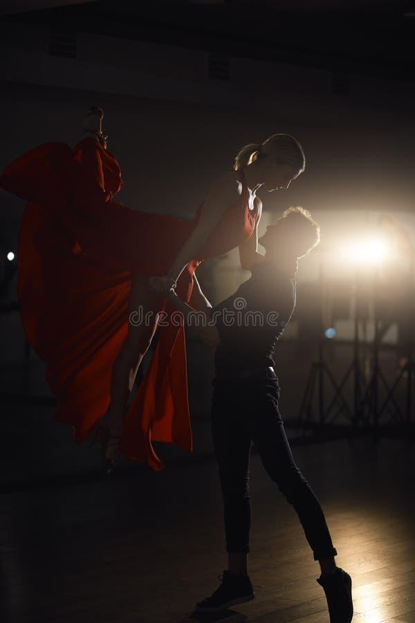 激情舞蹈夫妇,妇女跳跃 免版税库存图片