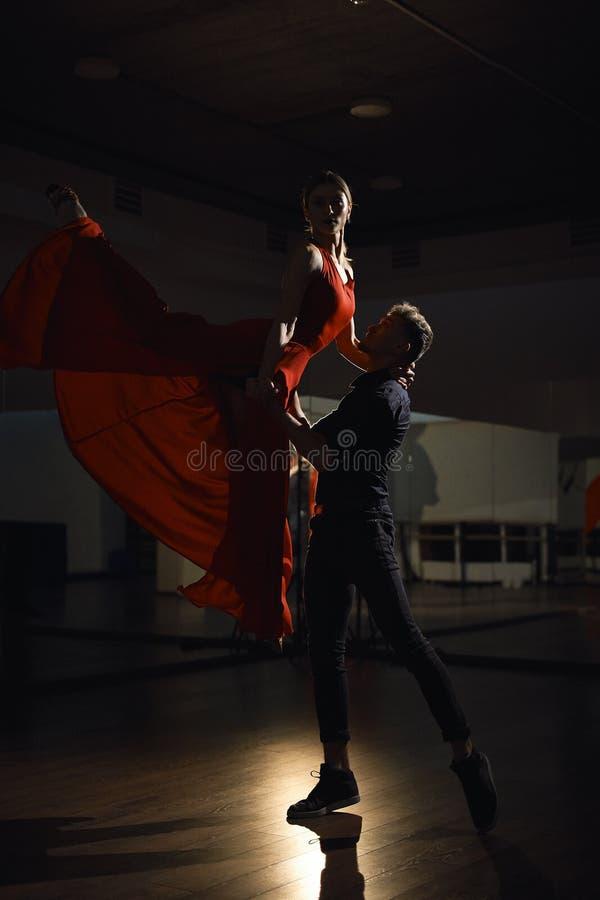 激情舞蹈夫妇,妇女跳跃 图库摄影