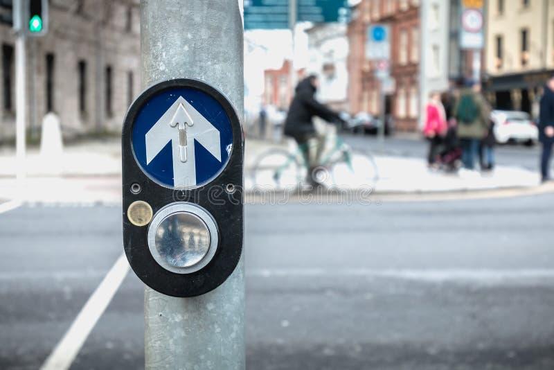 激活在路的行人交叉路的按钮在都伯林 免版税库存照片