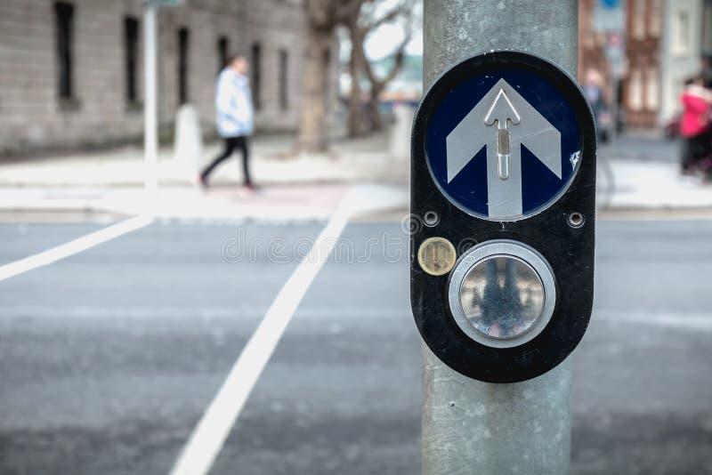 激活在路的行人交叉路的按钮在都伯林 库存图片