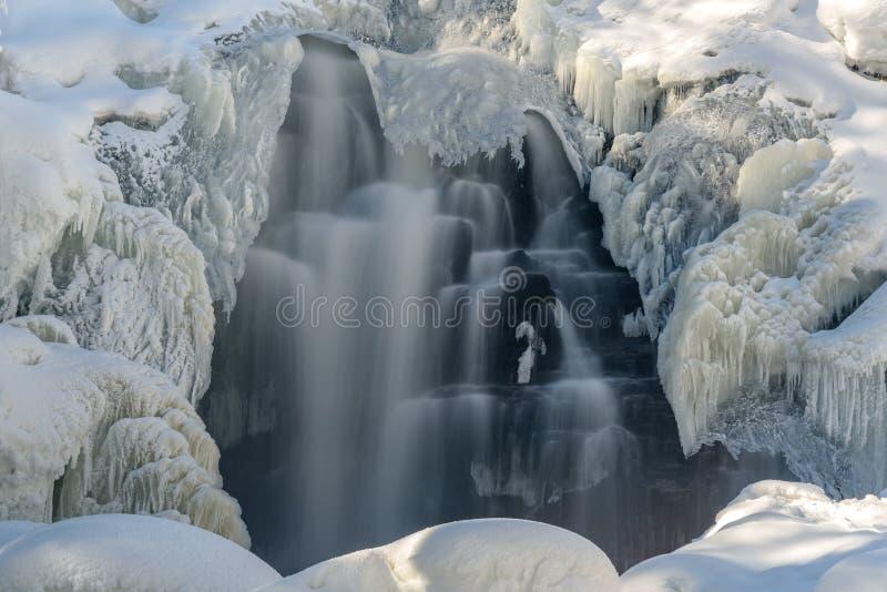 瀑布冬天冰柱雪水 免版税库存图片