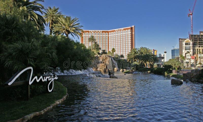 瀑布和喷泉小瀑布在旅馆海市蜃楼附近 库存图片