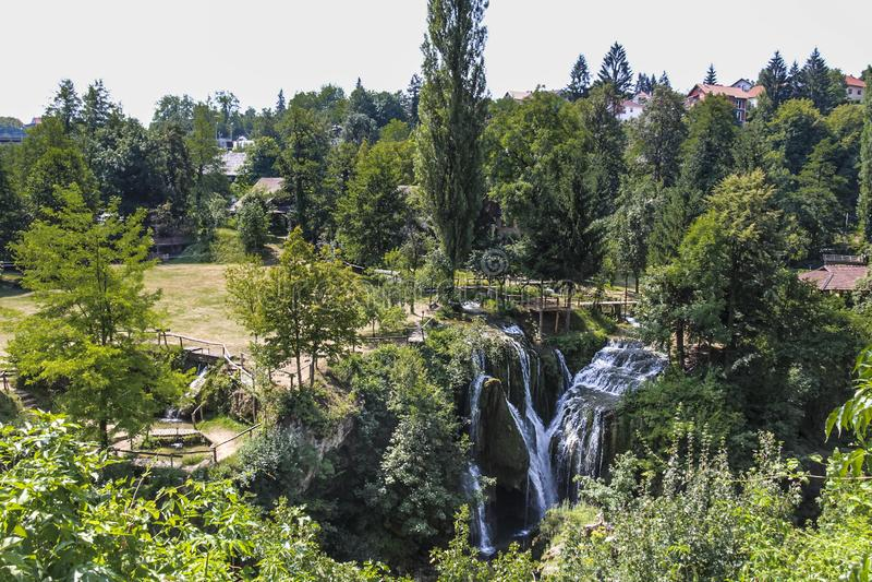 瀑布和它的周围在Rastoke 图库摄影