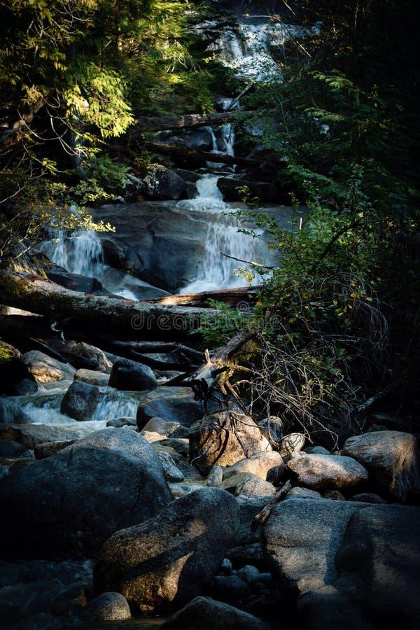 瀑布和小河与岩石 免版税库存图片