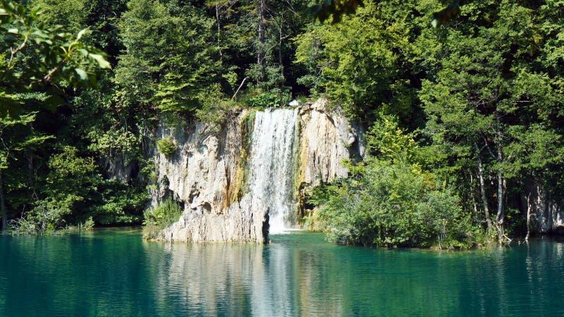 瀑布和山,美好的自然风景,Plitvice湖在克罗地亚,国立公园,好日子 免版税库存图片