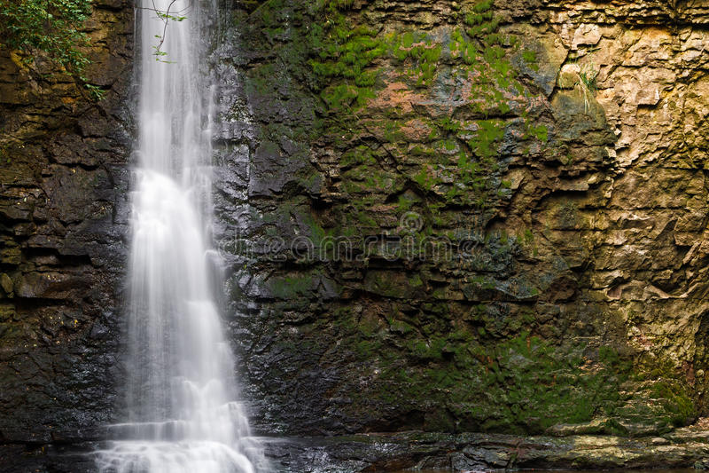 瀑布和岩石墙壁 图库摄影