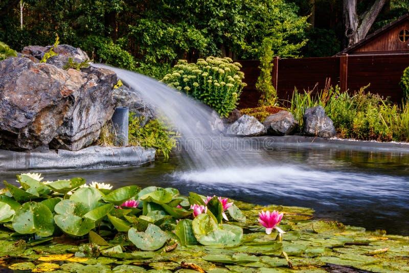 瀑布和庭院春天 库存图片