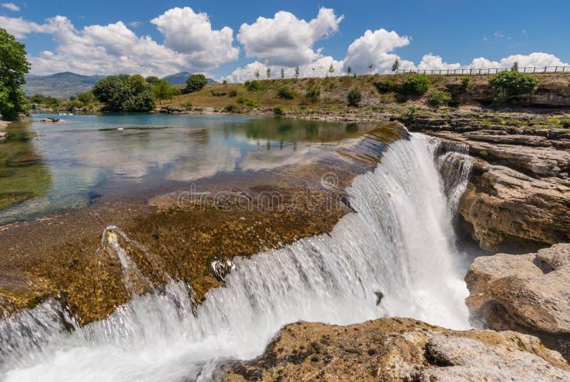 瀑布和河在岩石的Cijevna 图库摄影